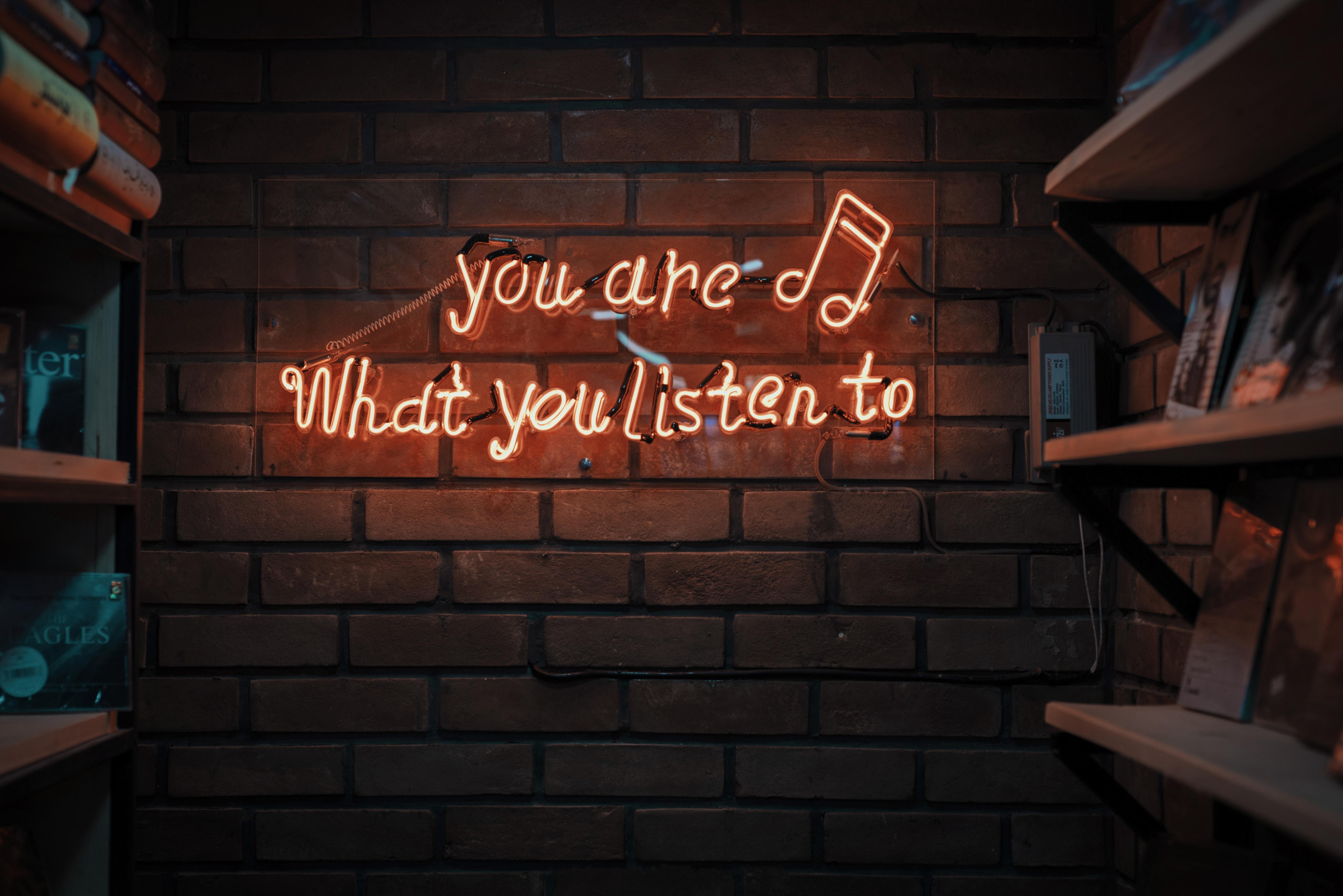 Hallom a hangod - figyelek rád : hallássérültként a mindennapokról